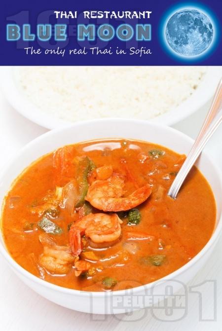 Червено къри със скариди, кокосово мляко, лимонова трева и зеленчуци поднесено с варен ориз или на пара - снимка на рецептата